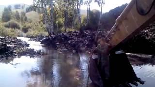 Путешествие в ковше экскаватора(Разработка залитой водой траншеи экскаватором CAT для прокладки газопровода в заболоченной местности, Сибт..., 2013-04-22T06:55:18.000Z)