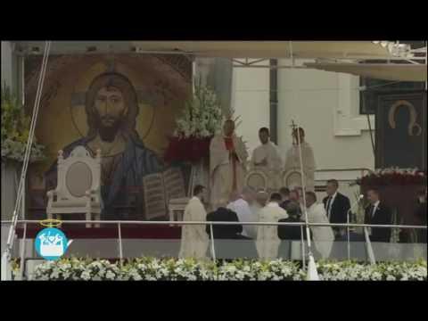 El Papa Francisco tropezó y cayó en plena misa en su estadía en Polonia