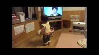 鈴木穂乃香さんです。1歳7ヶ月の時に撮影したものです。 クルクル回るの...