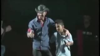 Pai e filho cantando juntos, em um show na Bahia..
