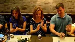 Чем развлечь гостей за праздничным столом Увлекательная игра Видео Restoreum Ru