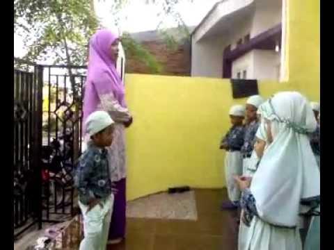 Berbaris Sebelum Masuk Kelas TKIT-PAUD Baitul 'Aini-May-2012