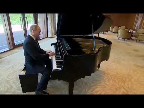 Путин играет на пианино. Прикол