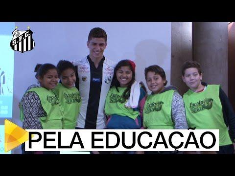 No Museu Pelé, Vitor Bueno participa de teatro educativo sobre a dengue