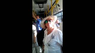 бухая бабка зажигает в автобусе
