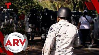 Migrantes se enfrentan con militares mexicanos en su intento de cruzar a EE. UU. | Telemundo