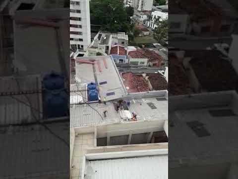 Funcionário tenta apagar fogo cai de telhado