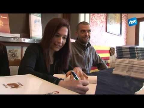 La candidata a l'alcaldia de Cardedeu Ana Castillo firma exemplars de la Constitució