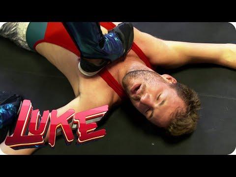 Flach gelegt! Luke beim Lady-Wrestling - LUKE! Die Woche und ich | SAT.1