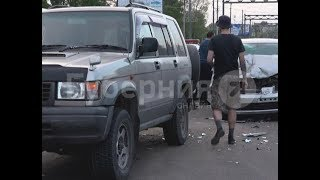 Неустановленный водитель «Ниссана» разбил две машины и сбежал с места ДТП. Mestoprotv