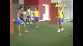 Ronaldinho, Roberto Carlos e Robinho num Bate  bola Rapido