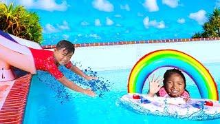 웬디는커다란무지개수영장물놀이용튜브어린이용장난감을가지고놀이를합니다