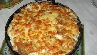 Кальмары под сыром запеченные в духовке. Очень вкусно.