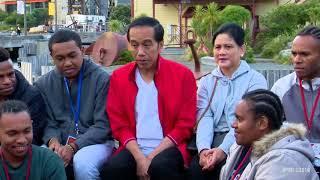 Jokowi Jalan Kaki dan Ngobrol dengan Pelajar Indonesia