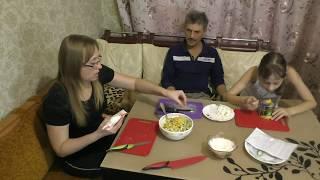 Салат из крабовых палочек на Новый Год/Готовим всей семьей)