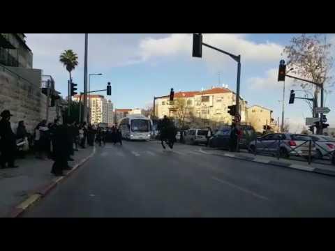 פרשים של המשטרה דוהרים בטירוף ברח׳ שרי ישראל בירושלים