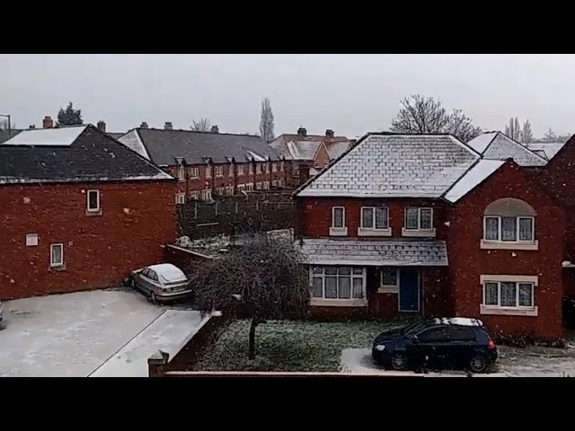 Cancelación de vuelos y carreteras cerradas por la nieve en el Reino Unido