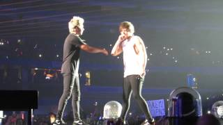 Video Louis Signing My Shirt/SOML| Toronto August 20 2015 | OTRA | One Direction download MP3, 3GP, MP4, WEBM, AVI, FLV Juni 2018