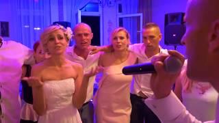 Pan Młody śpiewa dla Żony na weselu