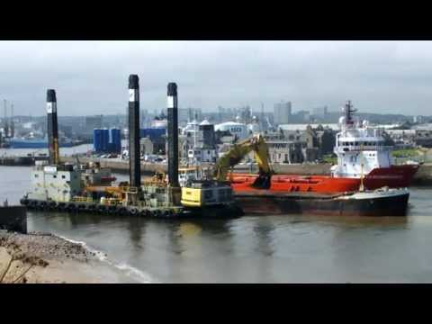 Timelapse Liebherr P995 Loading up the Long Sand Barge as the F.D. Incomparable Passes