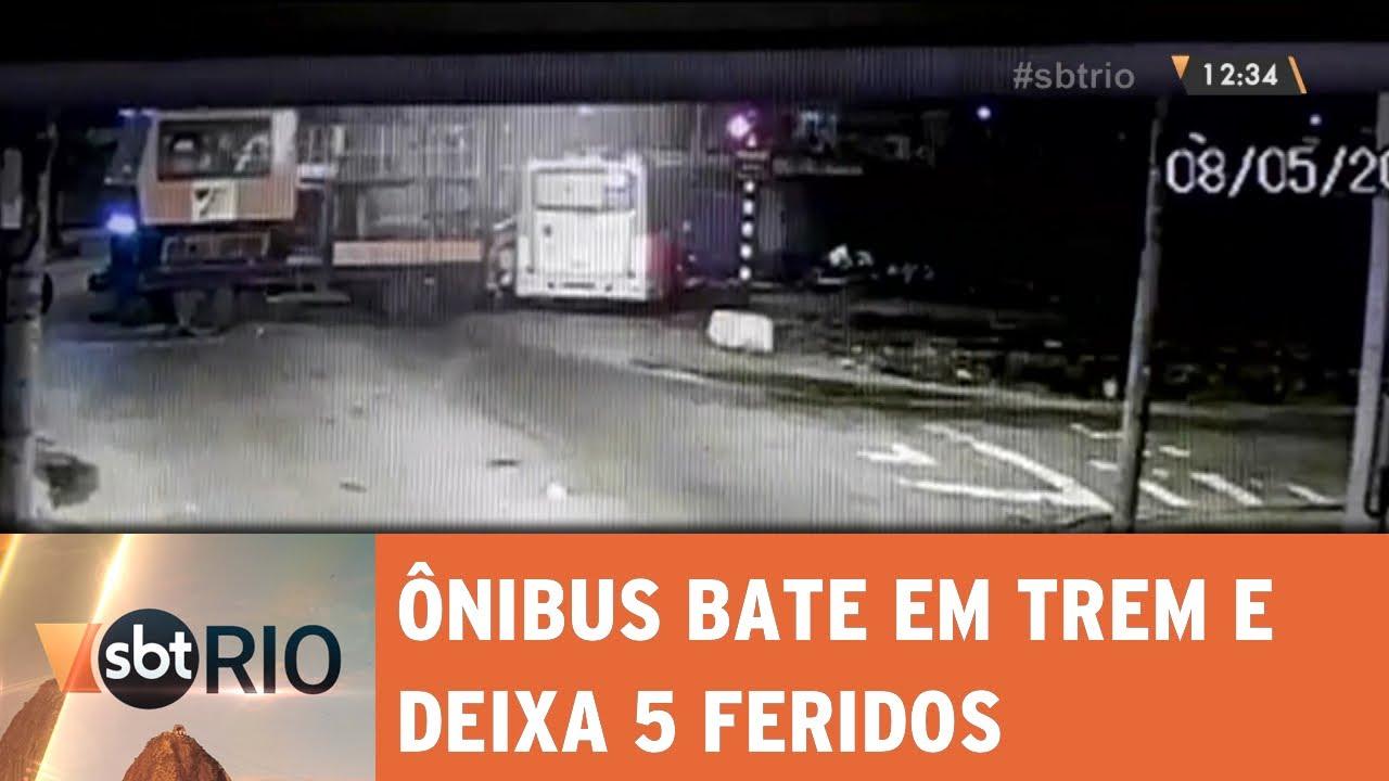 Ônibus bate em trem e deixa 5 feridos em Marechal Hermes