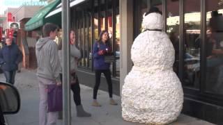Pupazzo di neve spaventa i passanti ...divertentissimo