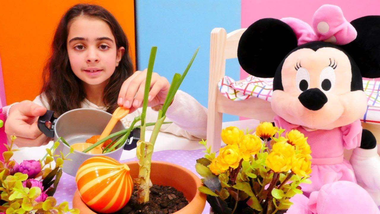 Minnie Mouse ile çorba için soğan ekiyoruz. Yemek oyunu