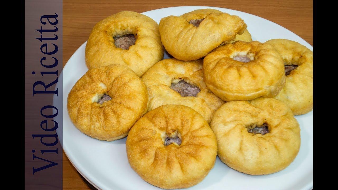 belyashi beliashi panzerotti con la carne delizioso piatto della cucina tradizionale russa
