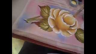 Pintura de rosas amarelas em toalha de banho