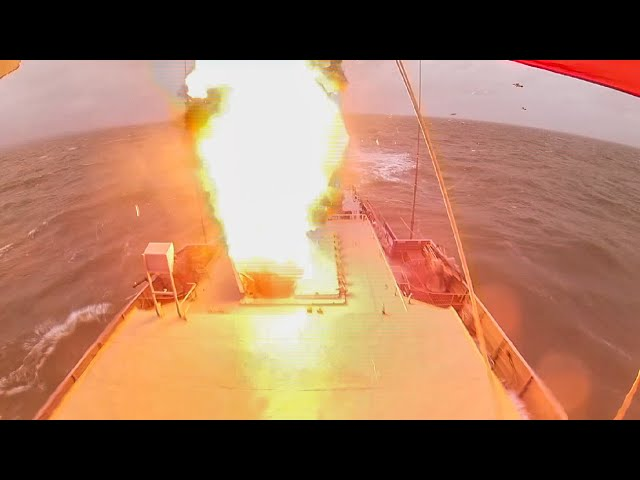 Пуск крылатых ракет «Калибр» малым ракетным кораблем «Великий Устюг»