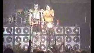 Video Paul Stanley of Kiss confronts an idiot with a laser pen during a gig download MP3, 3GP, MP4, WEBM, AVI, FLV November 2017