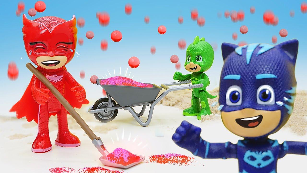 PJ Masks riem na fábrica do Romeo! História infantil com super heróis de brinquedo em português