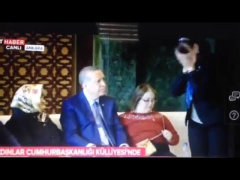 Cumhurbaşkanının elini sıkıp yüzüne süren kadın