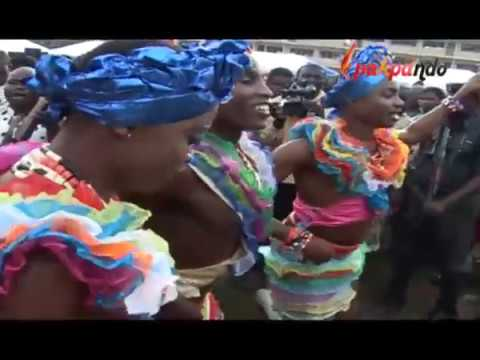 IGBO RICH CULTURE IN LAGOS: EZE IGBO LAGOS SHARES MONEY AT HIS NEW YAM FESTUVAL