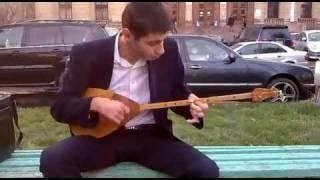 Чечен играет на казахской домбре