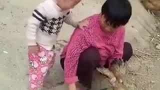 Bambino che piange perché la mamma vuole uccidere ...