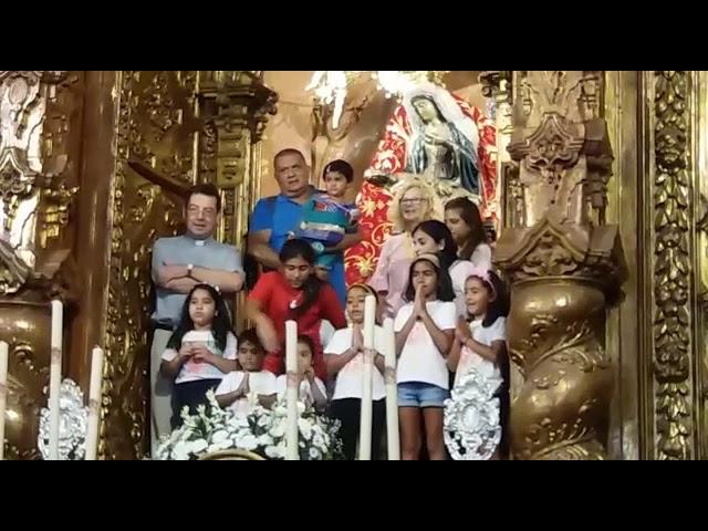Los pequeños de la Comunidad Hindú rezan un Padrenuestro en la Iglesia de África