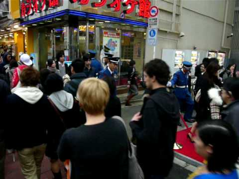 Police At H&M Tokyo - Exciting Japan