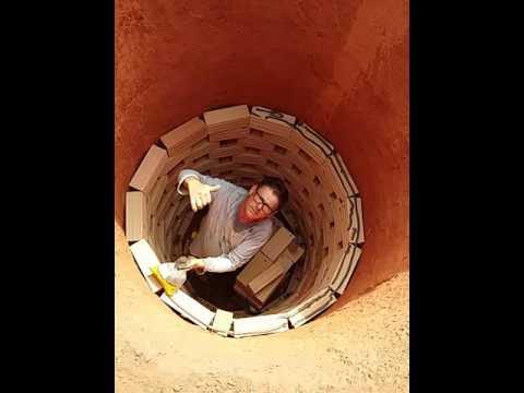Fazer calçamento de fossa com tijolo furado fixando com argamassa ac2