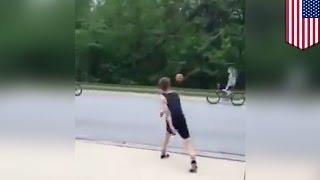 Парень сбил девочку с велосипеда баскетбольным мячом за то, что она его отвергла(Видео, появившееся на YouTube, показывает нам во всей красе доброго юношу, который бросил баскетбольный мяч..., 2015-10-24T08:10:29.000Z)