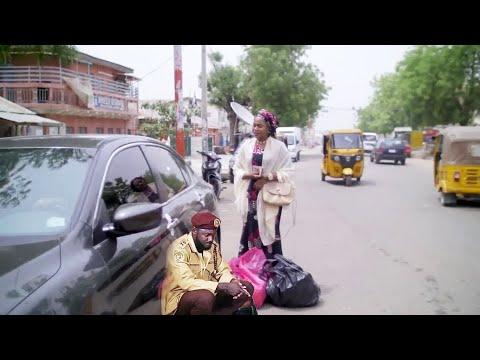 Download mai kudi ne amma wata yarinya wacce take gefen titi ta kawo shi kasa - Hausa Movie 2021   Hausa Film