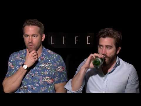 Ryan Reynolds & Jake Gyllenhaal give Awkward interview for LIFE movie