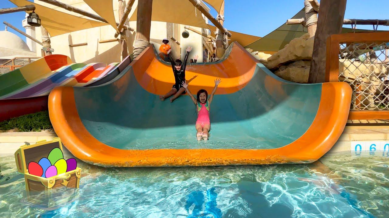 Histórias Infantis Brincando no Parque Aquático com Kai e Clara
