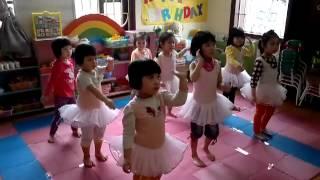 bé học múa