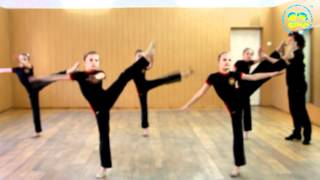 Урок акробатики у девочек в ансамбле Пульс