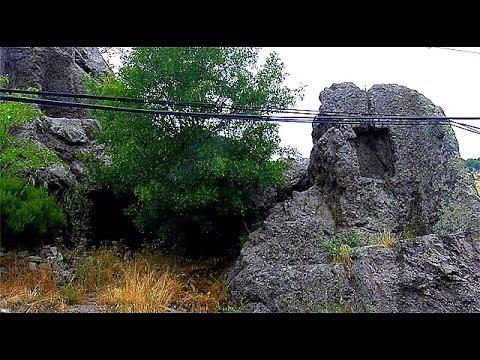 Kaya Mezarını Ele Veren Dikdörtgen Oyma