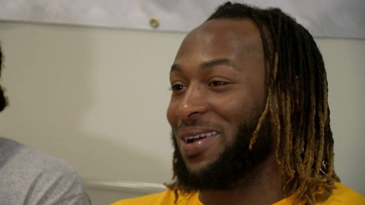Aaron Jones Brings His Brother And Friends To The Hospital And Puts Smiles On Kid S Faces Youtube