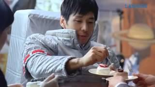 俳優の西島秀俊さんが、撮影の合間にローソンのウチカフェ(Uchi Cafe)...