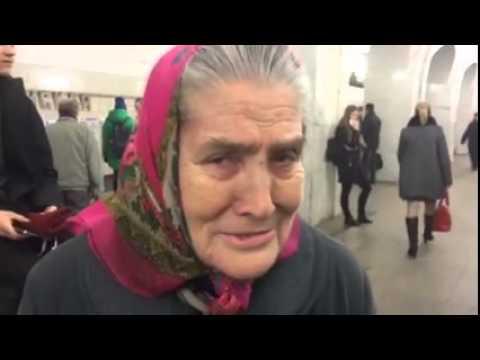 Бабушка поет в метро французские песни