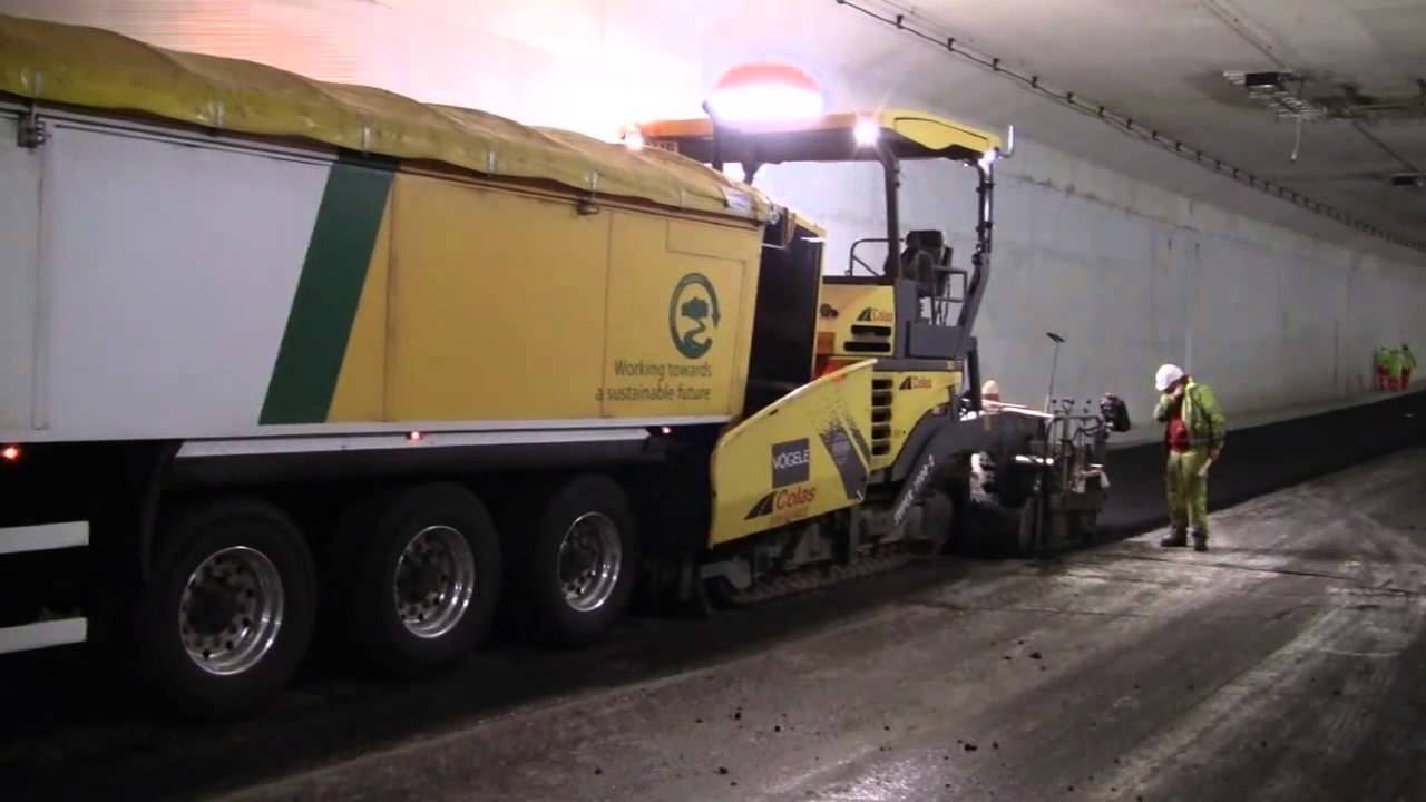 KEITH® WALKING FLOOR® V FLOOR® System Unloading Asphalt In A Tunnel    YouTube
